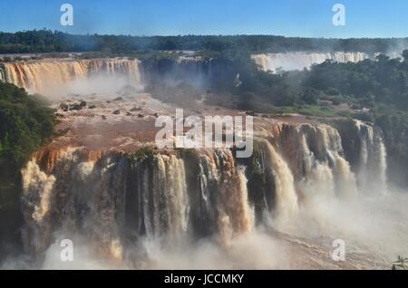 Die Iguazu Wasserfälle, Iguazú-Wasserfälle, Iguaçu-Wasserfälle oder Iguaçu-Wasserfällen sind Wasserfälle des Flusses - Stockfoto