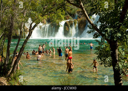 KRKA, KROATIEN - 17. AUGUST 2014. Touristen genießen Sie ein Bad im Krka Wasserfälle im Nationalpark Krka, große - Stockfoto