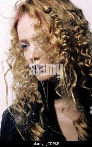Charisma. Individualität. Junge Frau mit lockigen Haaren - Stockfoto