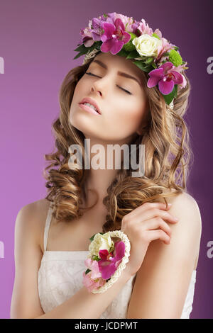 Stimmung. Fantasievolle Frau mit Blumenstrauss träumen. Weiblichkeit - Stockfoto