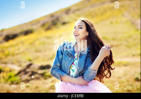 emotionale Portrait Mode stilvolle Porträt der hübsche junge Hipster Brünette Frau, Going crazy, weichen Farben, - Stockfoto