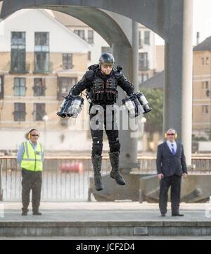 """London, Großbritannien. 14 Juni, 2017. Richard Browning """"Iron Man"""", Gründer der Schwerkraft, macht einen Flug in - Stockfoto"""