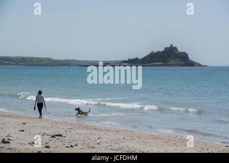 Longrock, Cornwall, UK. 16. Juni 2017. Großbritannien Wetter. Es war warm und sonnig am Strand (22) heute Mittag - Stockfoto
