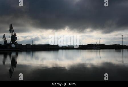 Skyline mit Kränen am Meer in Helsinki in den frühen Morgenstunden - Stockfoto