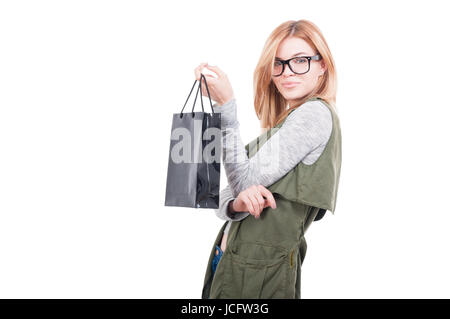 Porträt der lächelnde Frau Einkaufstasche in einer Hand isoliert auf weißem Hintergrund mit Text Platz halten - Stockfoto