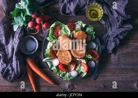 Salat und Kichererbsen Krapfen für Vegetarisches Mittagessen auf dem Silbertablett serviert. - Stockfoto