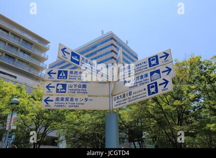 Touristische Attraktion in der Innenstadt von Yokohama Japan Wegweiser. - Stockfoto