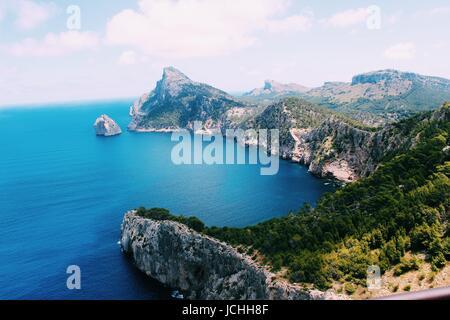 Blick auf Felsen und Meer auf Mallorca. Verarbeitet mit VSCOcam mit c1-Voreinstellung - Stockfoto