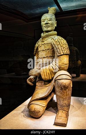 Die berühmten kniend Bogenschützen in Grube 2 der Terrakotta-Armee ausgegraben. Insgesamt 160 kniende Bogenschützen - Stockfoto