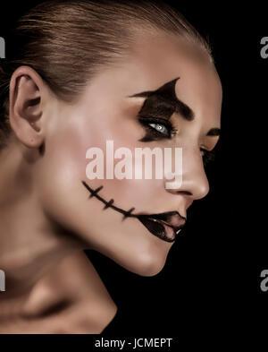 Gruselige Vampir-Porträt isoliert auf schwarzem Hintergrund, modische Make-up für Halloween Teil, Horror und Mystery - Stockfoto