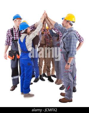 Diverse multiethnische Gruppe von Handwerkern, die eine hohe fünf Geste zu geben, wie sie in einem Kreis zeigt ihr - Stockfoto