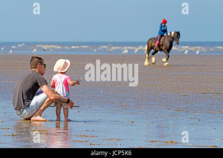 Southport, Merseyside, 17. Juni 2017. Großbritannien Wetter.  Familien Kopf ans Meer an einem schönen warmen & sonnigen - Stockfoto