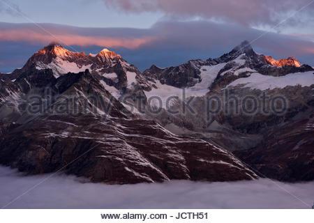 Sonnenaufgang über die benachbarten Berge östlich von der majestätischen Matterhorn (aus Schuss). - Stockfoto