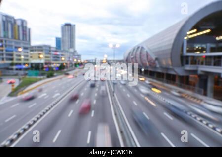 KUALA LUMPUR, 22. JANUAR 2017. Lichtspuren auf Autobahn bei Sonnenuntergang Zeit, Langzeitbelichtung, städtischen - Stockfoto
