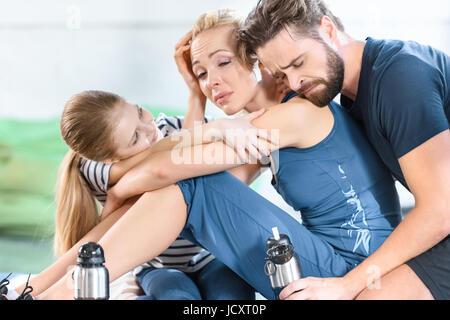 Müde, Familie Erholung nach dem Training im Fitness-Studio - Stockfoto