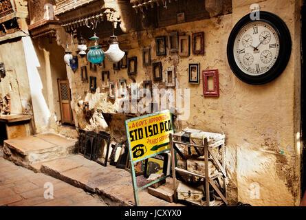 Rustikale und urige Shop auf einer Straße in Jaisalmer Fort in dem berühmten Wüstenstaat Rajasthan in Indien. Geschenk - Stockfoto