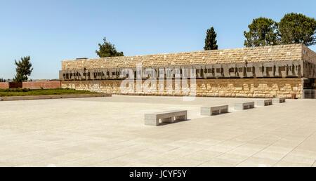 Skulptur im hebräischen Zeichen auf einer Steinmauer außen Yad Vashem, der Holocaust Museum, Jerusalem, Israel, - Stockfoto
