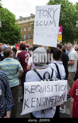 London, UK. 17. Juni 2017. Demonstranten in Whitehall zeigen ihre Opposition gegen Ministerpräsident Theresa May - Stockfoto