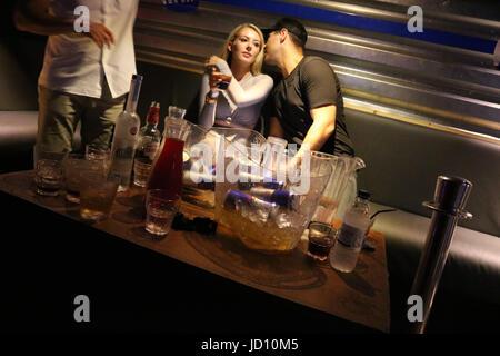 Watford, UK. 18. Juni 2017. Jon Clark, Myles Barnett & Chris Clark am Hydeout Nachtclub Watford feiern. Jon war - Stockfoto
