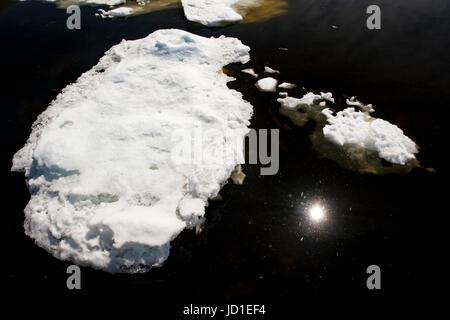 Eisberg / Meer Eis mit Reflektion der Sonne in Bonavista, Neufundland, Kanada - Stockfoto