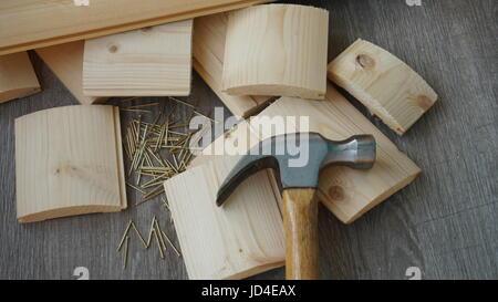 Kleine Tafeln mit eisernen Nägeln. Grauen Hintergrund. - Stockfoto