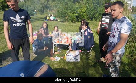 Kursk, Rußland - June1, 2017: Gruppe von Freunden mit Picknick in einem Park an einem sonnigen Tag - Menschen hängen, - Stockfoto