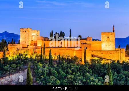 Alhambra von Granada, Spanien. Alcazaba-Festung in der Dämmerung. - Stockfoto