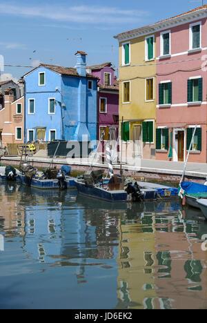 BURANO, Italien - 18 April 2009: Panoramablick auf farbenfrohe Gebäude und Boote vor einem Kanal an Burano, eine - Stockfoto