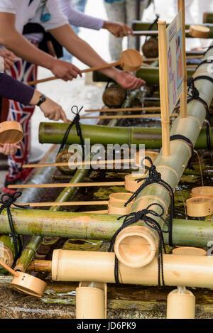 Fushimi Inari-Taisha Schrein rituelle Reinigung. - Stockfoto
