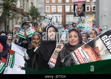 Al Quds Tag 2017 London, UK. 18. Juni 2017. Frauen halten Plakate zu Beginn des Marsches Credit: Brian Southam/Alamy - Stockfoto