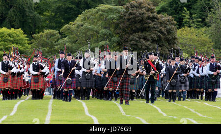 Aberdeen, Schottland - 18. Juni 2017: Drum Major führt die Pipers in einem Massed Pipe Band während der Highland - Stockfoto