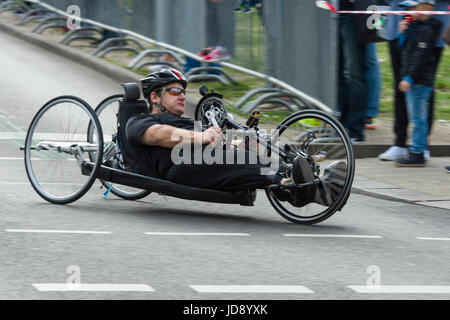 BERLIN - 2. April 2017: Der jährliche 37. Berliner Halbmarathon. Rollstuhlfahrer & Hand Radfahrer. - Stockfoto