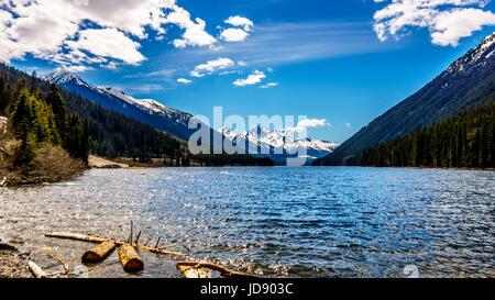 Duffey Lake in den Coast Mountains zwischen Pemberton und Lillooet in British Columbia. Der schneebedeckte Gipfel - Stockfoto