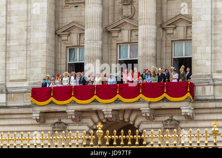 Königliche Familie versammelten sich auf dem Balkon von Buckingham Palace, kurz nach dem Queens Geburtstag Parade, - Stockfoto
