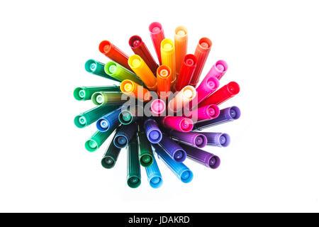 Set mit Stifte in einem Pappbecher und ein Stück Papier auf weißem Hintergrund Ansicht von oben. Konzept - Stockfoto