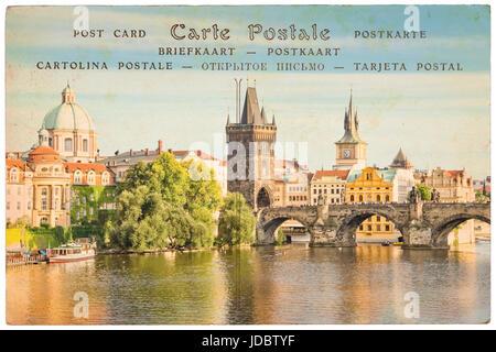 """Moldau und Karlsbrücke, Prag, Tschechische Republik, Collage auf alte Ansichtskarte Hintergrund, Wort """"Postkarte"""" - Stockfoto"""