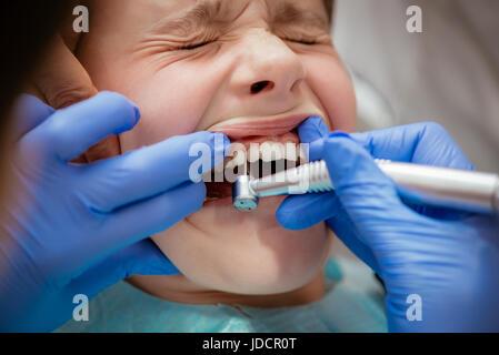 Wunderschönes Angst Mädchen bei Besuchen in der Zahnarztpraxis. Zahnarzt ihre Zähne reparieren. Echte Menschen. - Stockfoto