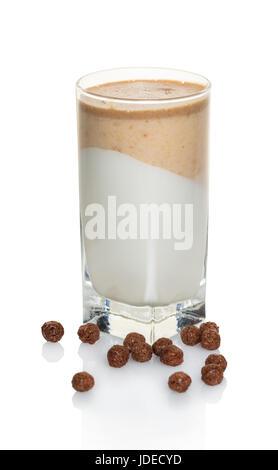 Vanille-Schokoladen-Nachtisch in einem Glas auf weißem Hintergrund - Stockfoto