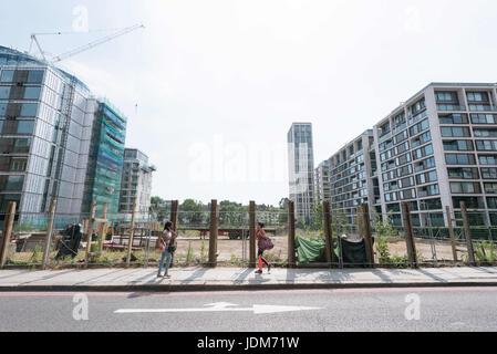 London, UK. 21. Juni 2017. Blick auf fast fertig Wohnblocks und Wohnblocks in Kensington Zeile komplexe besetzt. - Stockfoto