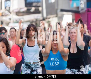 New York, USA. 21. Juni 2017. Mehr als 12.000 Yogapraktizierenden pack am ersten Tag des Sommers, Mittwoch, 21. - Stockfoto