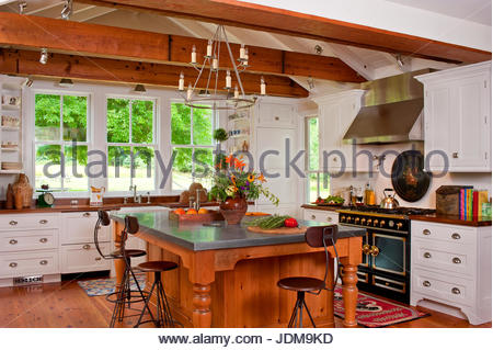franz sische landhausk che wohnzimmer mit holzbalken decke stockfoto bild 10556454 alamy. Black Bedroom Furniture Sets. Home Design Ideas