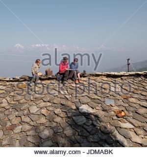 Eine europäische Mutter und ihre beiden Söhne Homeschooling auf einem Dach zu tun. - Stockfoto