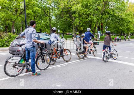 Montreal, Kanada - 27. Mai 2017: Gruppe von Personen Familie Reiten auf Manuvie Fahrrädern in Plateau-Viertel der - Stockfoto