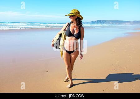 Glückliche schwangere Frau am Strand am Atlantik - Stockfoto