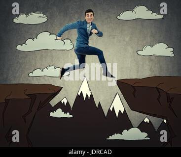 Geschäftsmann, laufen und springen über Hindernisse, über eine gezogene Schlucht mit einem ängstlichen Ausdruck. - Stockfoto