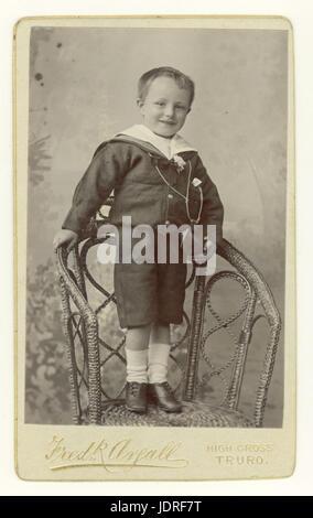 Carte de Visite Studioportrait viktorianischen jungen tragen eine modische Matrosenanzug stehend auf einem Stuhl, - Stockfoto
