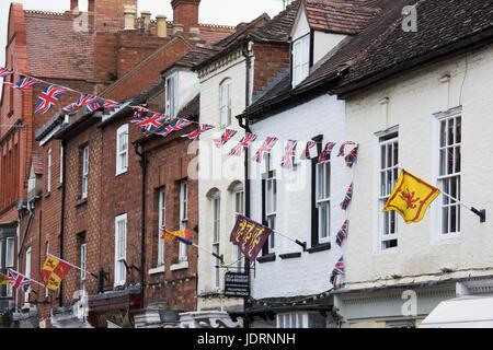 Union Jack-Girlanden und Fahnen in Upton-auf-Severn, Worcestershire, England - Stockfoto