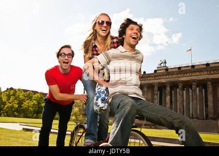 Freunde mit Fahrrad zusammen im park - Stockfoto