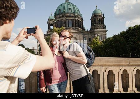 Mann unter Bild des Paares - Stockfoto