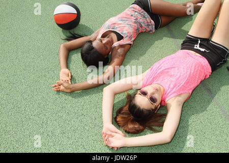 Frauen legen am Basketballplatz - Stockfoto